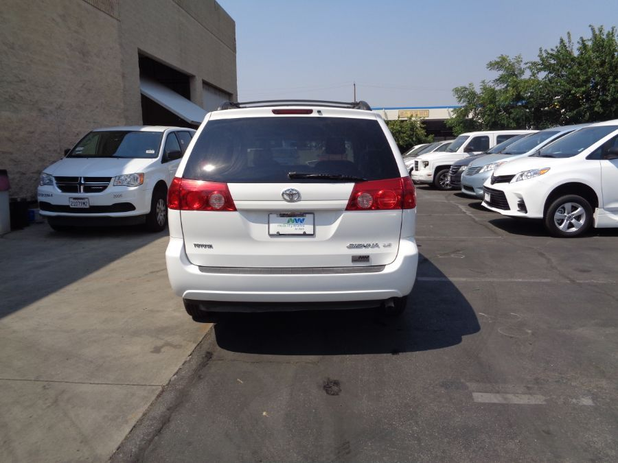 White Toyota Sienna image number 30