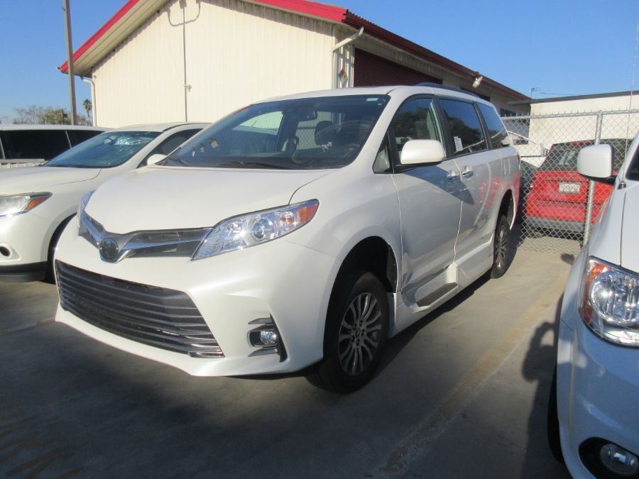 White Toyota Sienna image number 2
