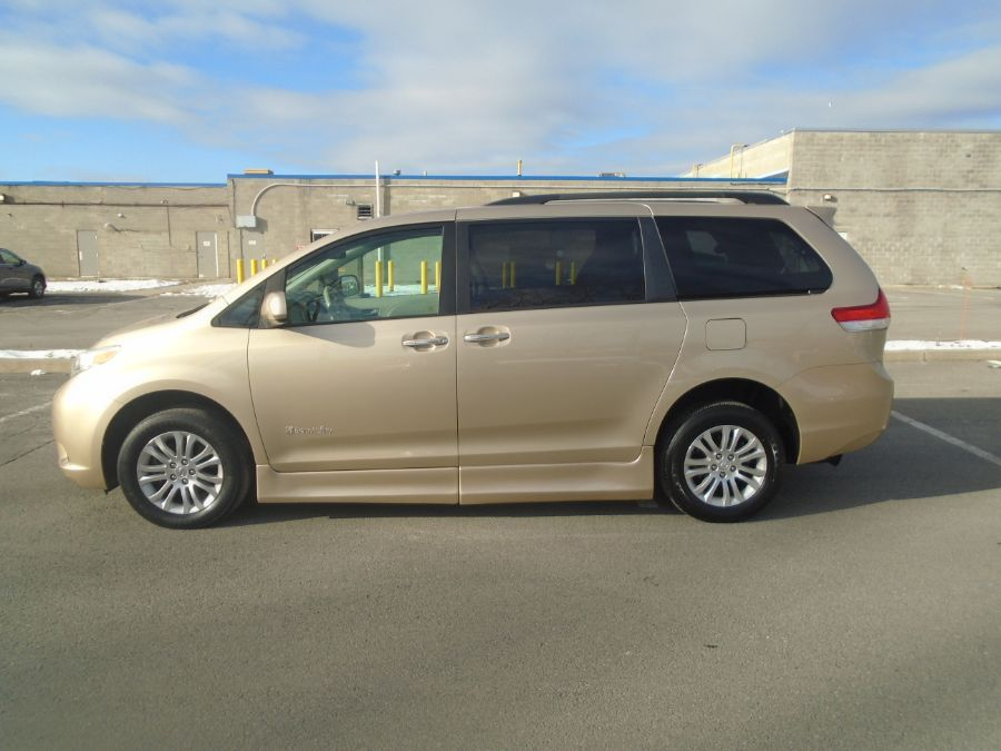 Gold Toyota Sienna image number 3