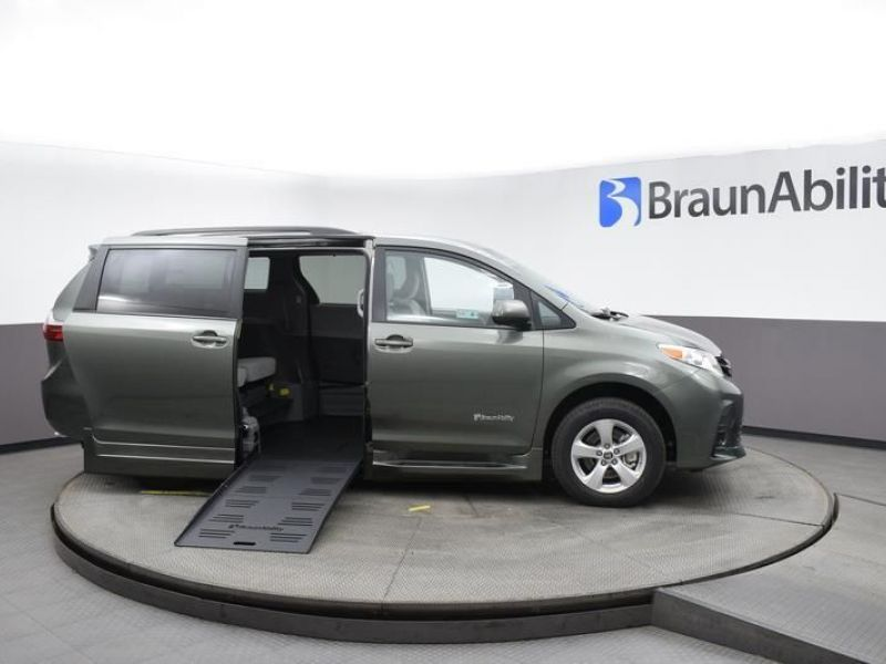 Green Toyota Sienna image number 7