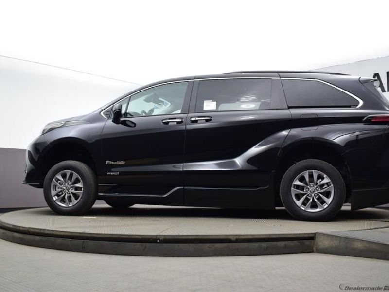 Black Toyota Sienna image number 21