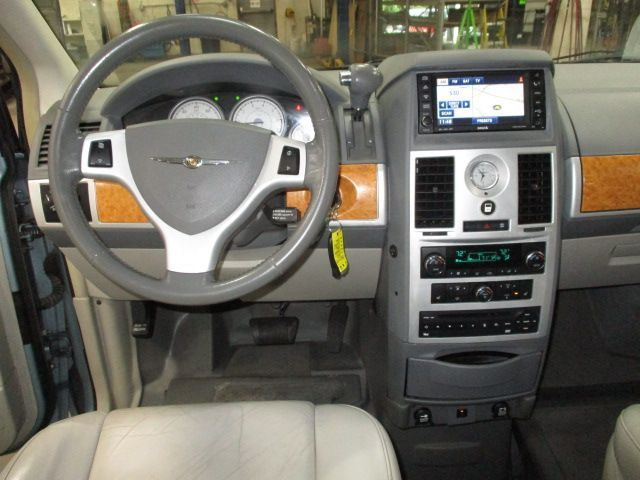 Chrysler Town and Country image number 14