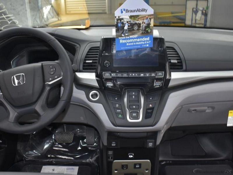 Silver Honda Odyssey image number 8