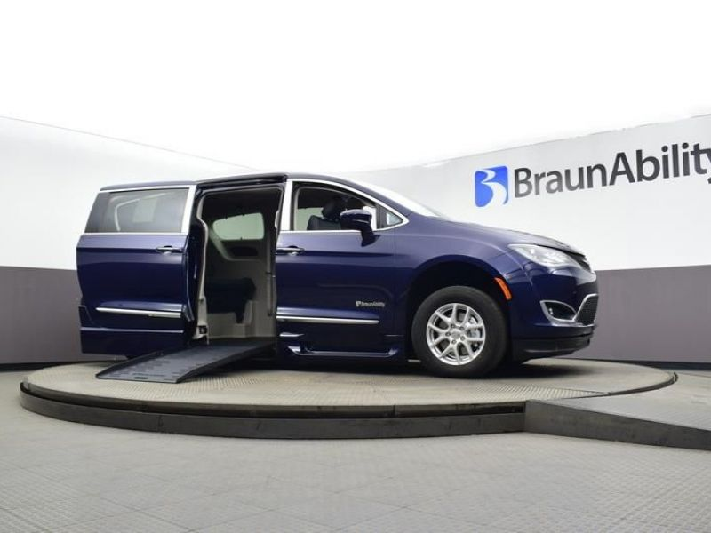 Blue Chrysler Pacifica image number 16