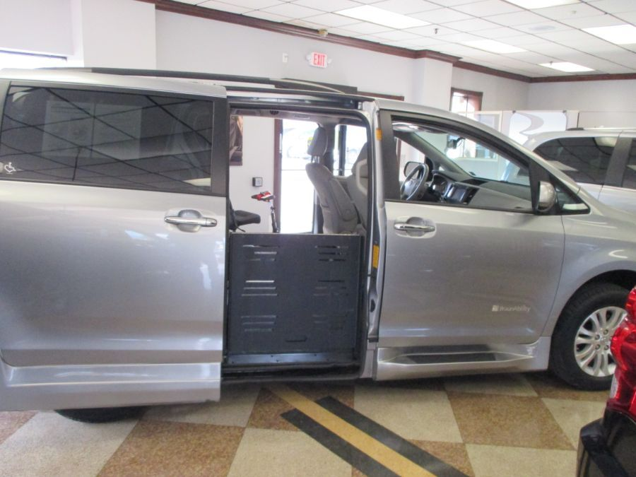 Silver Toyota Sienna image number 14