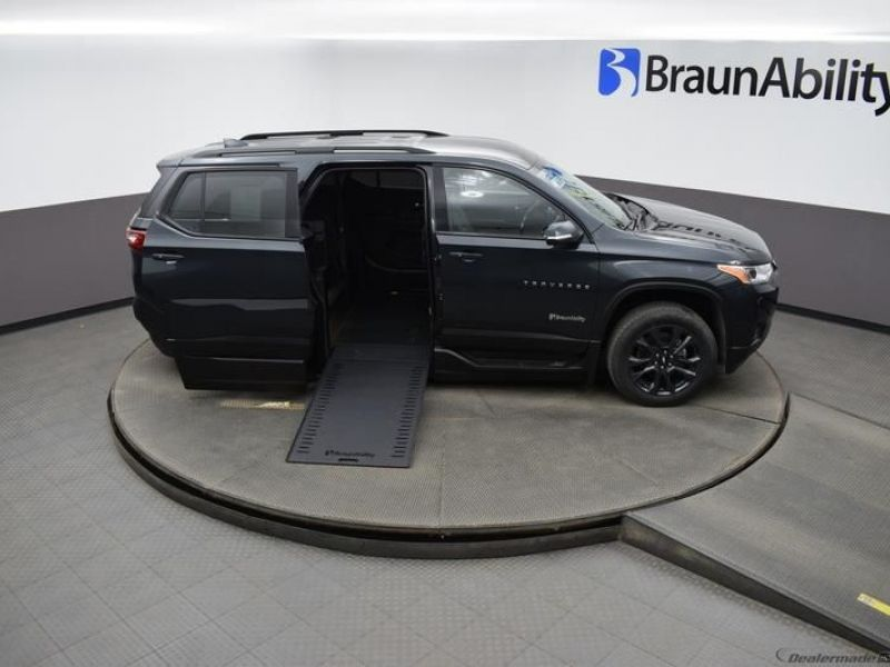 Gray Chevrolet Traverse image number 18