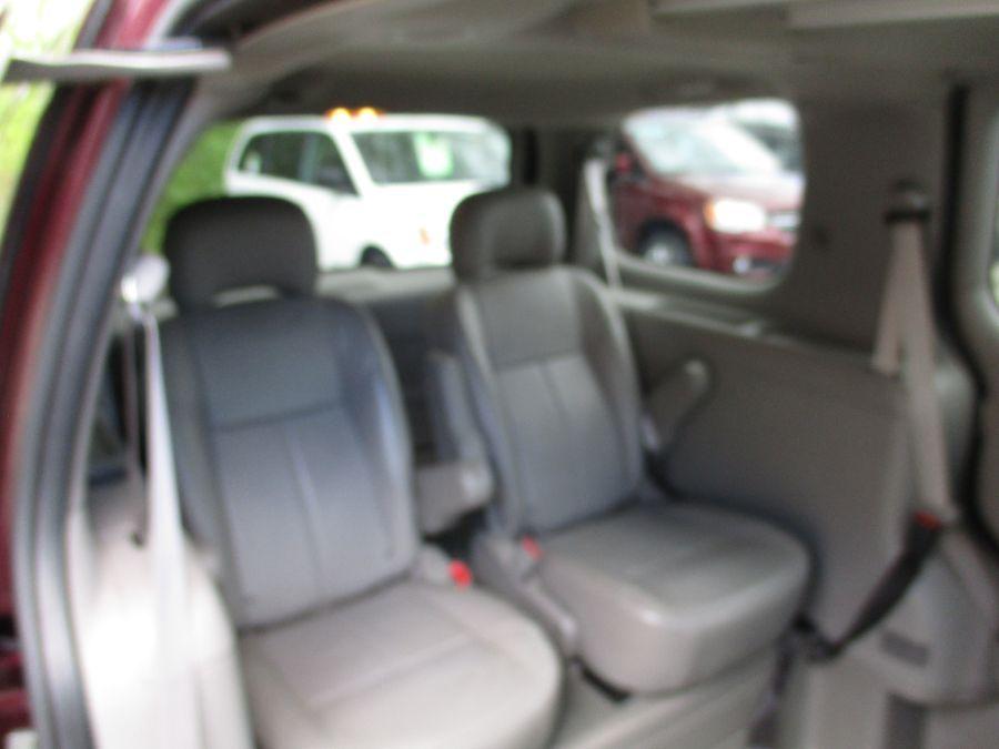 Red Chevrolet Uplander image number 2