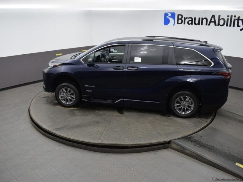 Blue Toyota Sienna image number 20
