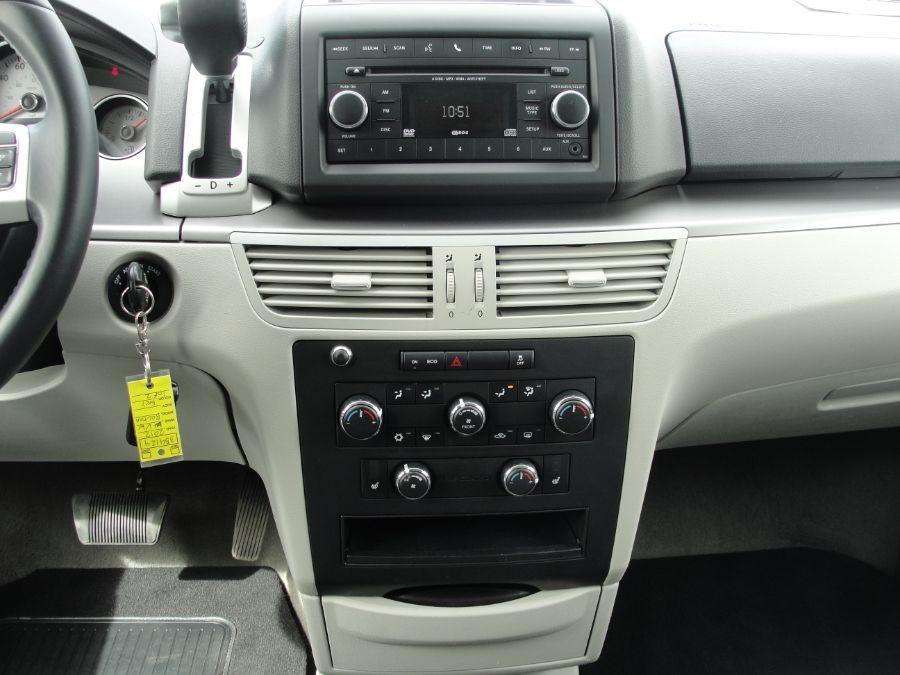Gray Volkswagen Routan image number 9