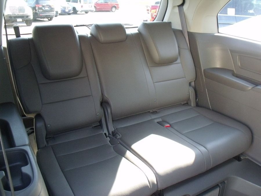 White Honda Odyssey image number 10