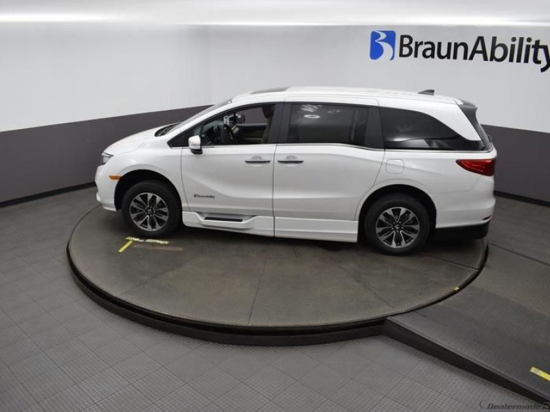 White Honda Odyssey image number 22
