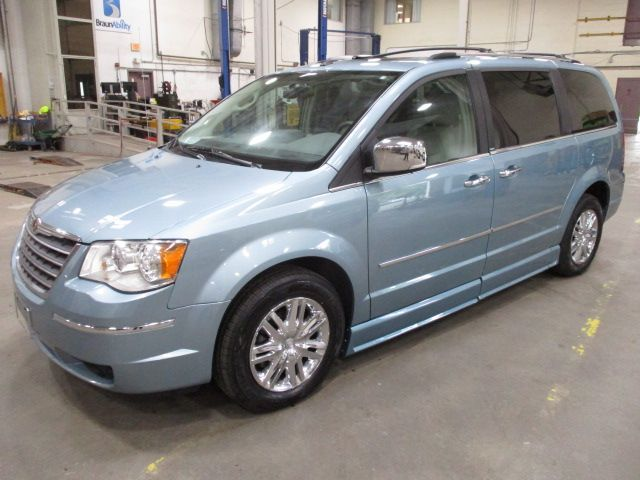 Chrysler Town and Country image number 2