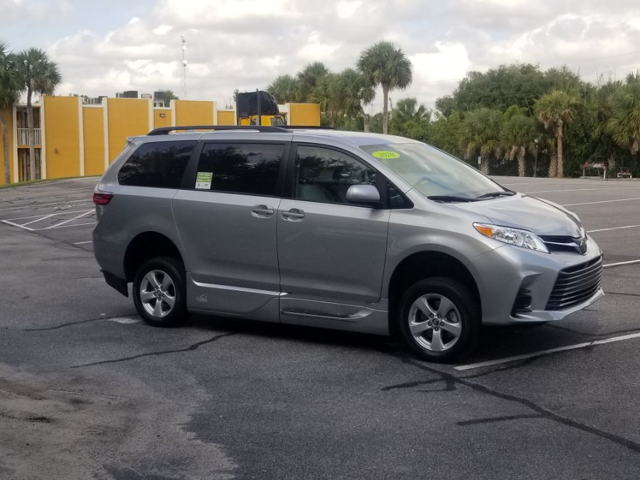 Silver Toyota Sienna image number 15