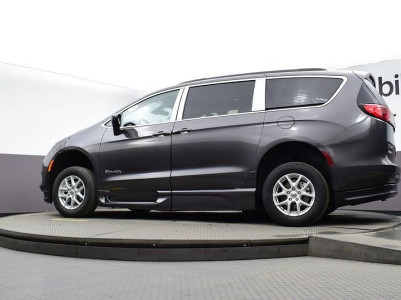 Gray Chrysler Voyager image number 19