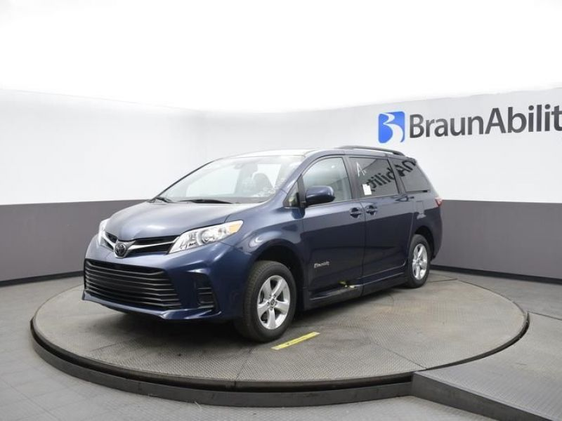 Blue Toyota Sienna image number 2