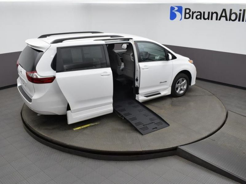 White Toyota Sienna image number 23