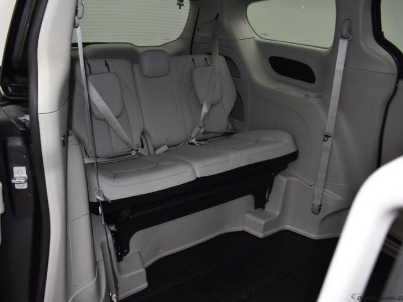 Gray Chrysler Voyager image number 8