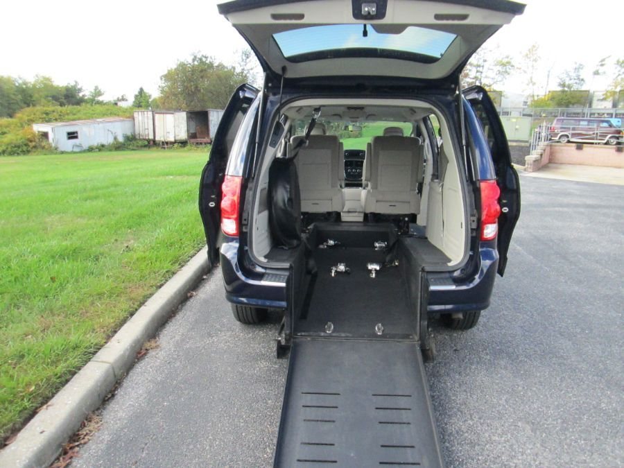Blue Dodge Grand Caravan image number 1