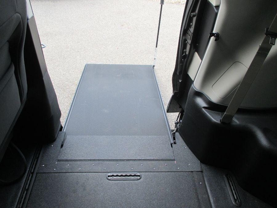 Gray Chrysler Voyager image number 19