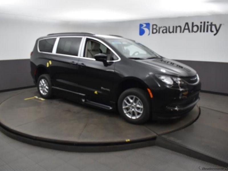 Black Chrysler Voyager image number 15