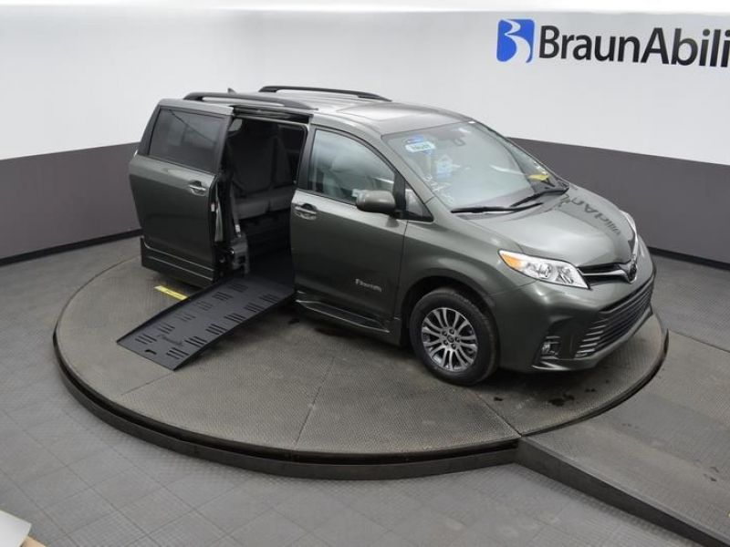 Green Toyota Sienna image number 23