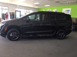 Black Chrysler Pacifica image number 9