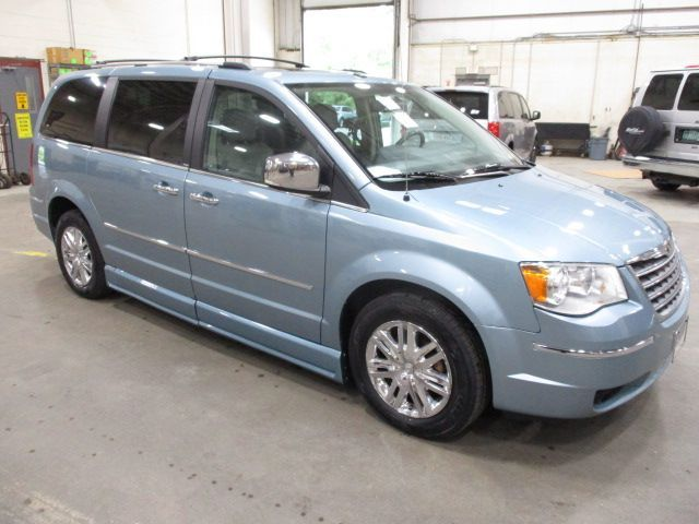 Chrysler Town and Country image number 1