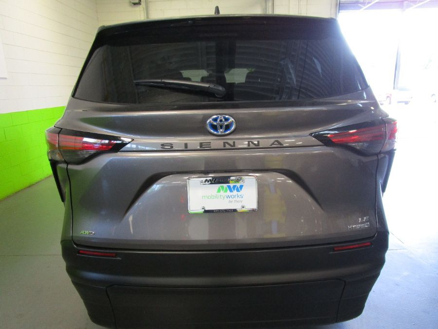 Gray Toyota Sienna image number 3