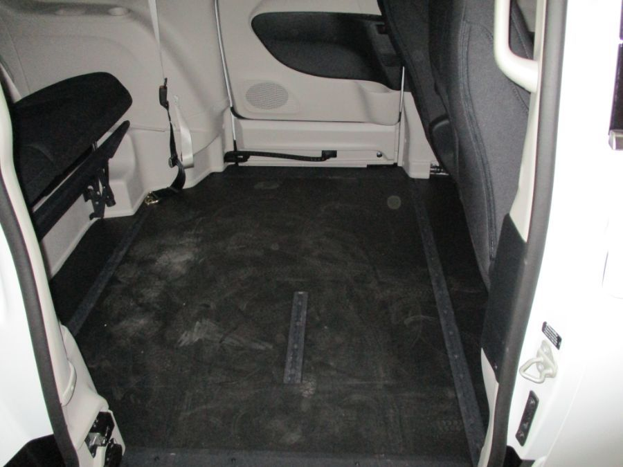 White Chrysler Pacifica image number 25