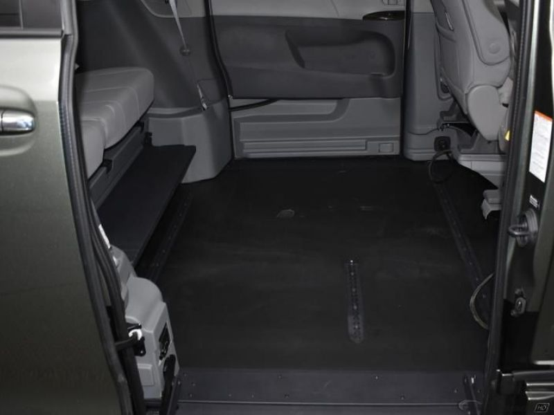 Green Toyota Sienna image number 11