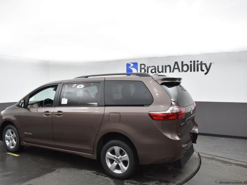 Brown Toyota Sienna image number 14