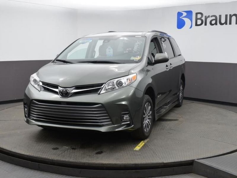 Green Toyota Sienna image number 1