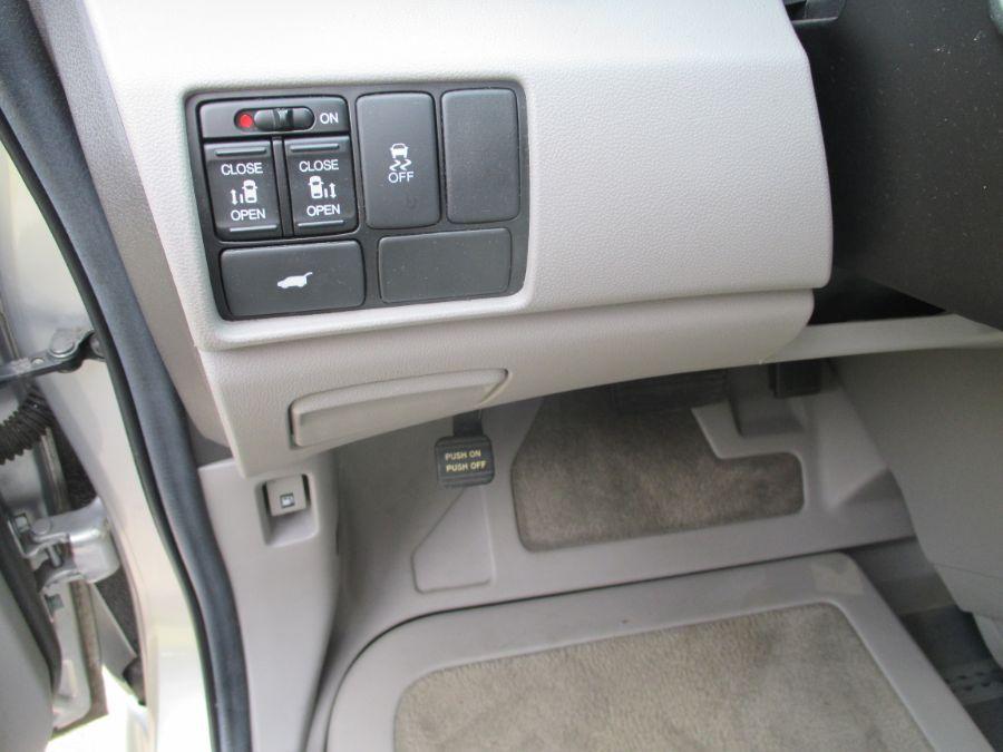 Silver Honda Odyssey image number 24