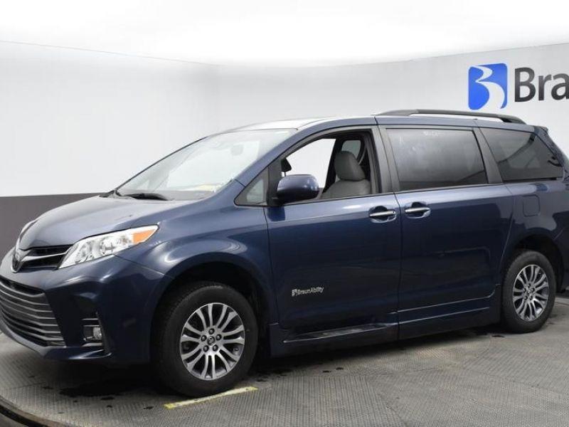Blue Toyota Sienna image number 2
