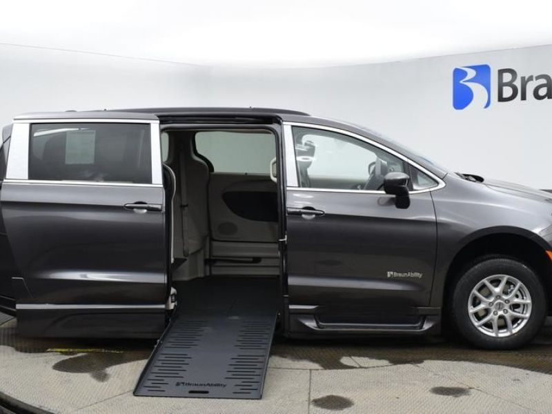 Gray Chrysler Voyager image number 7