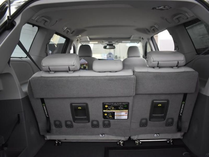 Green Toyota Sienna image number 8
