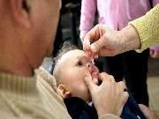 Causada por um vírus que vive no intestino, o poliovírus, a poliomelite geralmente atinge crianças com menos de 4 anos, mas também pode contaminar adultos