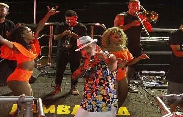 Em sua estréia no Carnaval de Salvador, Léo Dumóve arrastou uma multidão na pipoca da Banda Lambasaia no Circuito Dodô