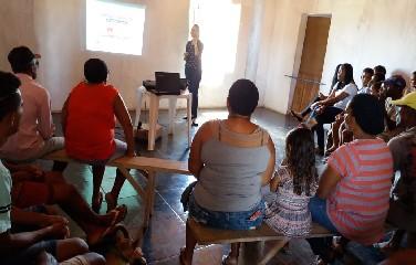 Dra. Paula Tamilles explicando a importância do cuidado com a saúde bucal