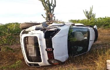 O condutor do veículo teria feito uma ultrapassagem e perdeu o controle da direção.