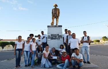 Estudantes instalam placas com QR Code em vários monumentos de Queimadas