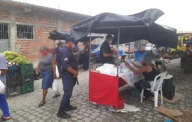 Ações na feira livre do município, reorientando os feirantes e população para com os cuidados a serem seguidos na prevenção do coronavírus