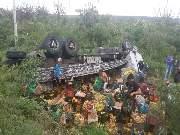 Com o impacto, o motorista do caminhão perdeu o controle do veículo, saiu da pista e acabou capotando.