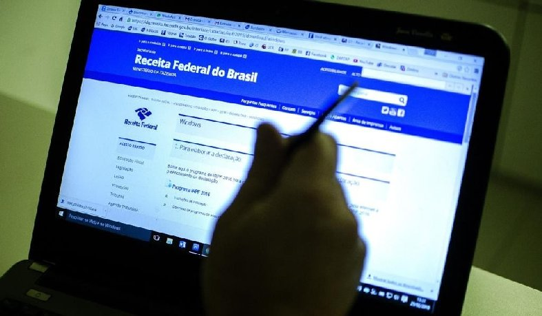 Para saber se teve a declaração liberada, o contribuinte deve acessar a página da Receita na internet , ou ligar para o Receitafone, número 146.
