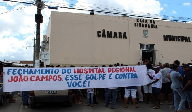 Moradores de Riachão do Jacuípe protestam em hospital regional contra suspensão de atendimento do SUS