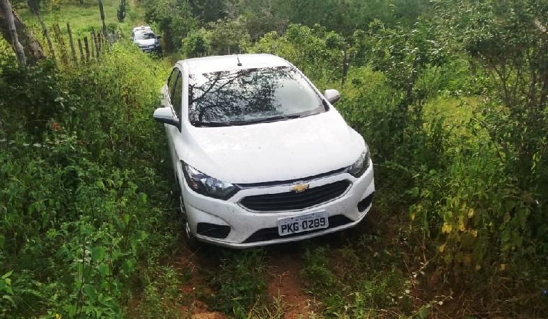 A guarnição policial deslocou ao local e encontrou um veículo Prisma, de cor branca, no meio da via.