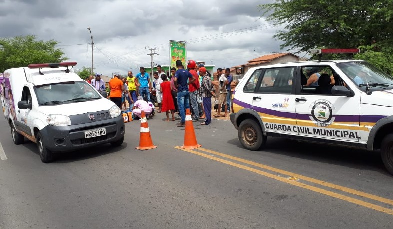 Agentes da Guarda Municipal auxiliaram nos primeiros socorros e controlaram o tráfego de veículos no local do acidente