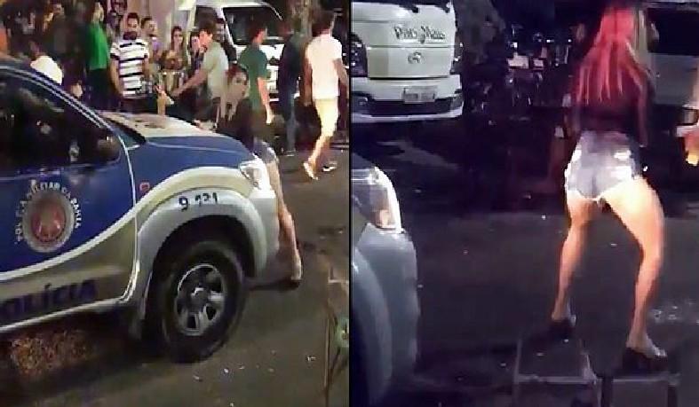 A moça rebola e se insinua para os policiais dentro da viatura