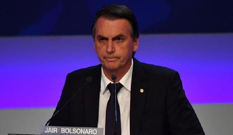 Ela figura desde 2003 como um dos 14 funcionários do gabinete parlamentar de Bolsonaro, em Brasília, recebendo atualmente salário bruto de R$ 1.351,46.
