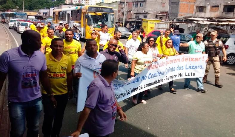 Grupo protestou contra falta de vagas em cemitérios de Salvador
